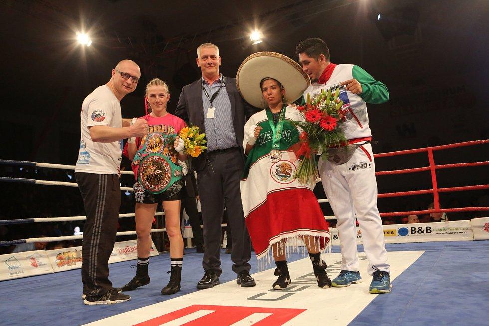 Fabiana Bytyqi (druhá zleva) vs. Maria Soledad Vargas v souboji o titul mistryně světa WBC v atomové váze