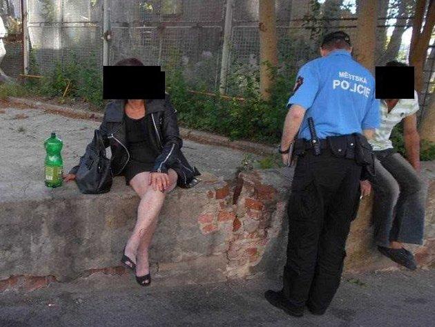 Konzumace alkoholu na místech, kde je to vyhláškou města zakázáno.