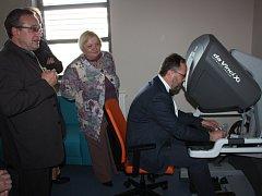 NEJMODERNĚJŠÍ VERZI systému dvoukonzolového robotického systému da Vinci Xi představila nemocnice návštěvě z Běloruska.
