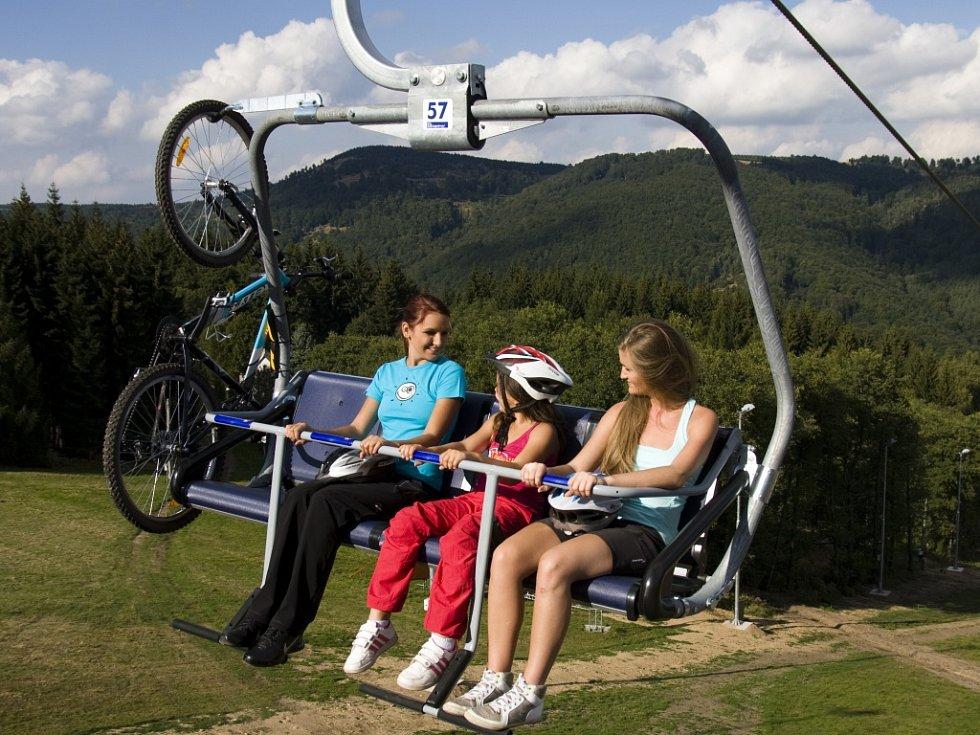 Nová sedačková lanovka v Klínech na Mostecku v nadcházející lyžařské sezoně zdejší skiareál značně zatraktivní.