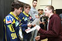 Sportovci rozdávali podpisy i vysvědčení.