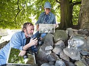 Vladimír Murtin s pomocí Aleny Zíkové z Braunfelsu fotografuje kompozici dvou mlčících hlav.