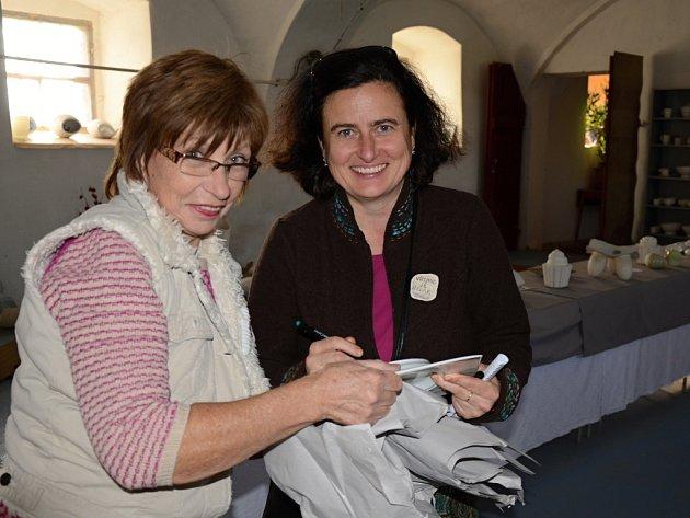 Místo pro umělce dokázala vytvořit z ruiny rodina Holíkova v Řehlovicích. Na snímku maminka Zdeňka s dcerou Lenkou.