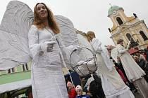 Andělé na chůdách a hlavně jejich slet z věže kostela svatého Petra a Pavla to bude symbol Úštěckého adventu. Letos již čtrnáctého.