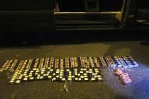 Celníci našli v rumunské dodávce při kontrole na dálnici D8 tisíce cigaret
