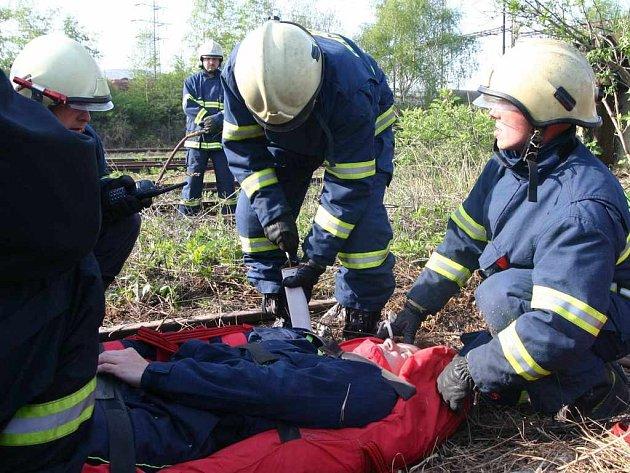 Hasiči nacvičují vyproštění uvízlé osoby po nehodě