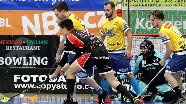 Ústečtí florbalisté (černé dresy) si v rámci přípravy zahráli proti North Wings Ústí (žlutá trika), nově vzniklém týmu univerzitních hokejistů.