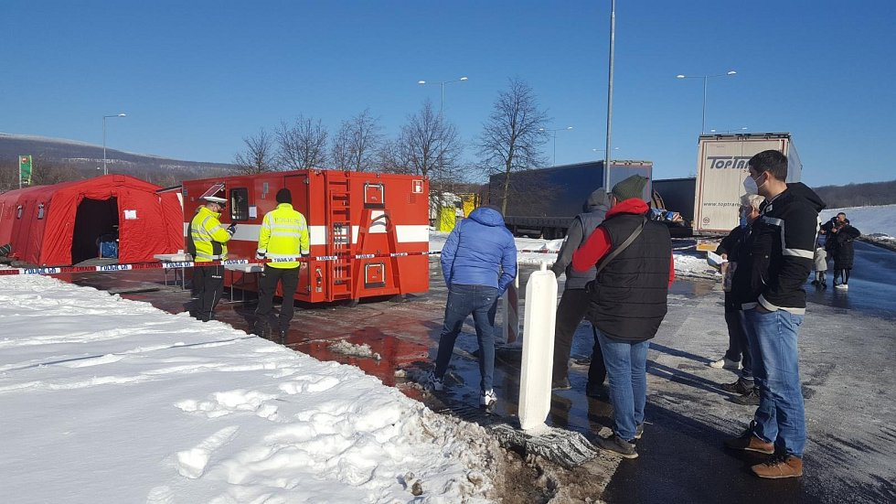 Hasiči postavili odběrová místa pro testy na covid na dálnicích D8 a D7