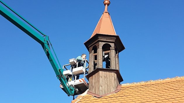 Kaple v Neznabohách už má zvon