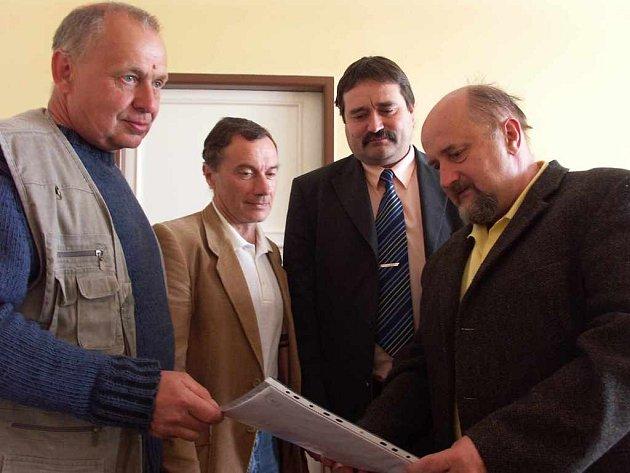 Zástupci obce předávají senátorovi Pavlu Sušickému petici