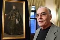 Akademický malíř Jiří Brodský před portrétem infantky Marie Anny Habsburské, který pro děčínský zámek zrestauroval.