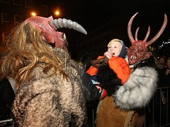 Krampus čerti přilákali na Lidické náměstí v Ústí nad Labem stovky návštěvníků.
