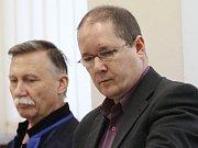 Před senát okresního soudu v Ústí nad Labem zasedl obžalovaný Raul Cruz.