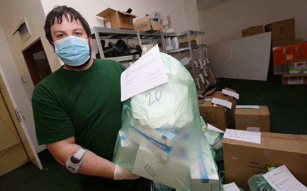 Na Krajském úřadě v Ústí nad Labem zřídili výdejní místo pro instituce. Jsou zde k mání ochranné prostředky, jako respirátory, roušky a dezinfekční prostředky.
