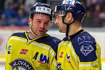 Opory Slovanu Jaroslav Roubík (vpravo) a Jaroslav Kasík komunikují při utkání play off.