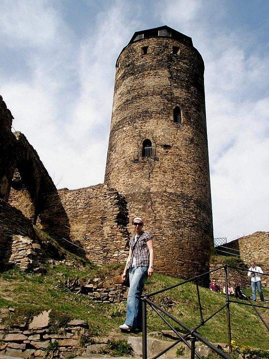 Hrad Hasištejn stojí na ostrohu nad Prunéřovským potokem.