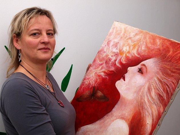 Eva Horáčková učí malovat v Domově dětí a mládeže malé děti i seniory.