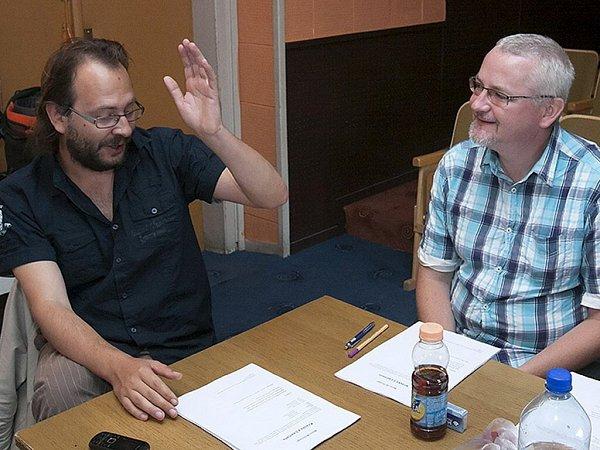 Režisér Filip Nuckolls (vlevo) a dramaturg Vladimír Čepek při jedné ze čtených zkoušek Krásky zLeenane.
