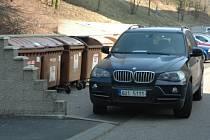 Řidiči v Brandtově ulici na sídlišti Dobětice v sousedství popelnic parkují velmi často.