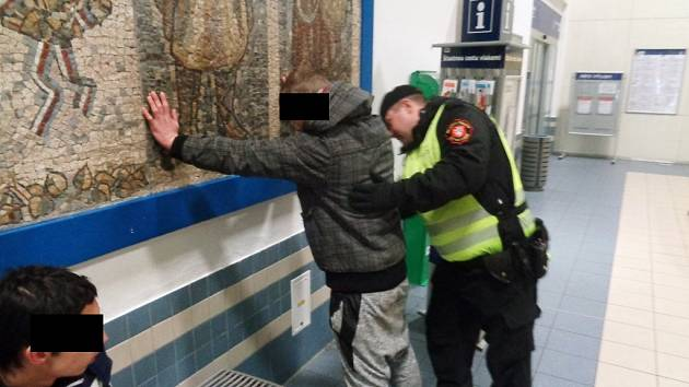 Strážníci zadrželi na vlakovém nádraží v Ústí celostátně hledané chovance z ústavu.