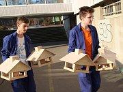 Ptáci budou hodovat u zbrusu nových dřevěných krmítek ze školy Vojnovičova.