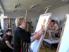 Seniorky malovaly na UJEPu akty. Vystavují v rektorátu