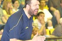 V úvodních duelech semifinále play off mezi domácím BK Ústí a pražským Vyšehradem byly k vidění kvalitní vyhecované souboje. Trenér Ústí Dominik Feštr sedět na lavičce nevydržel.