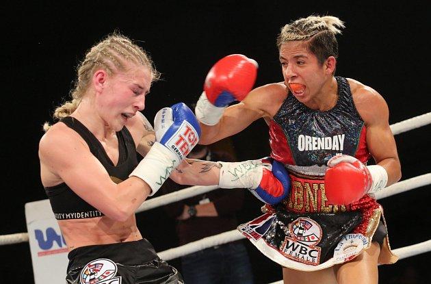 Fabiana Bytyqi (modré rukavice) vs. Maria Soledad Vargas vsouboji otitul mistryně světa WBC vatomové váze