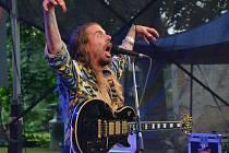 Excentrický zpěvák a kytarista, který si říká Lazer Viking.