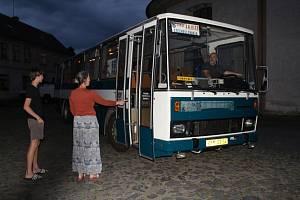 Lidé v obcích starou karosu obdivují