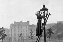 Lampářka plynového osvětlení v dnešní Sadové ulici v Ústí nad Labem v roce 1916.