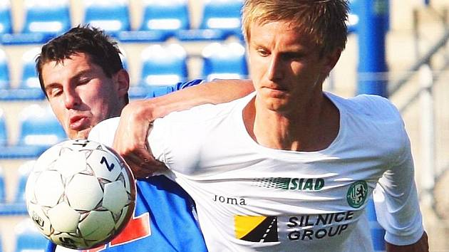 Útočník FK Ústí Tomáš Pilík (vlevo) si v posledním domácím utkání s Mostem vytvořil několik brankových příležitostí a jednou i skóroval. Trefí se v neděli i do sítě Vítkovic?