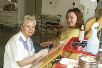 Zdravotní sestra Lea Chourová a studentka UJEP Jitka Cmoková při odběru krve v Masarykovo nemocnici.