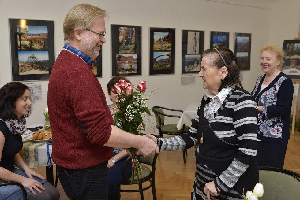 Ředitel Muzea města Ústí nad Labem Václav Houfek blahopřeje Martě Cvrkové knarozeninám vroce 2017.