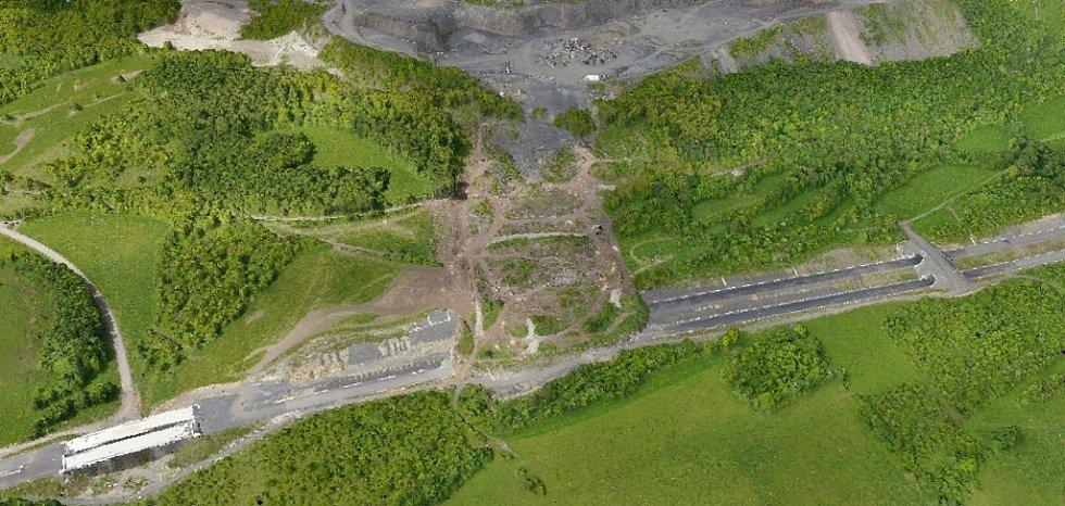 Díky krátkému letu bezpilotního vrtulníku geologové získali detailní mapy sesuvu na D8. Z nich mohou zjistit, kolik zeminy ujelo a jak se stále pohybuje.