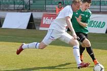 Fotbalisté Ústí nad Labem (v bílém) vyhráli v Mostu 2:0 a unikají soupeřům.