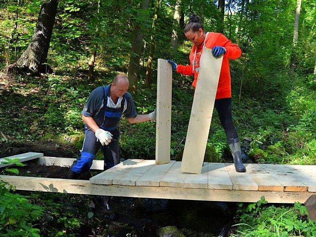 K Pekelskému vodopádu nad Krásným Březnem se turisté dostanou po nových mostech.