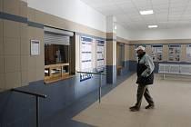 Odbavovací hala železniční stanice Ústí nad Labem západ po opravě prokoukla. České dráhy za rekonstrukci daly 1,9 milionu korun, slibují i opravu toalet.