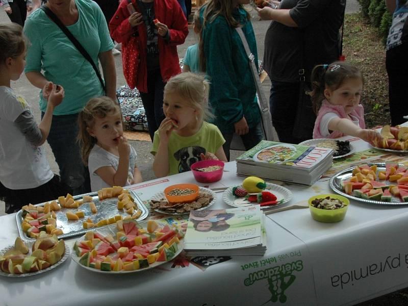 V knihovně uspořádali dětem zdravý piknik.