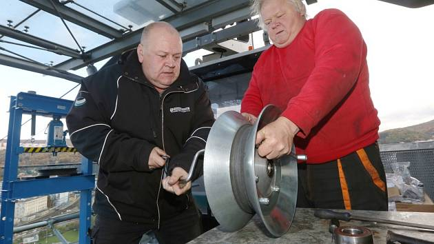 Na ústecké lanové dráze na Větruši vyměňují strojní technici staré pryžové bandáže na kladkách.