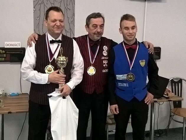 Trojice nejlepších hráčů MČR v Trmicích, vlevo vítěz Otakar Truksa, uprostřed druhý Miroslav Andrejovský, vpravo třetí Adam Kozák.