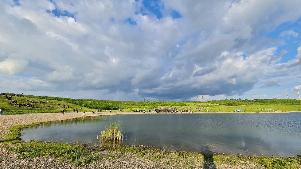 Na víkendovou akci u jezera Milada přišlo víc lidí, než povolují protiepidemická opatření. Zasahovala policie a pořadatel akci nakonec zrušil.