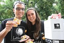 Studenti Jan Soukup a Klára Berounská, kteří v rámci benefiční sbírky prodávali drobné předměty, se s pochopením a vlídností na magistrátu i úřadu práce nesetkali.