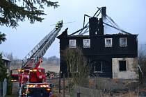 V Libouchci ráno hořela chata. Na místo museli hasiči.