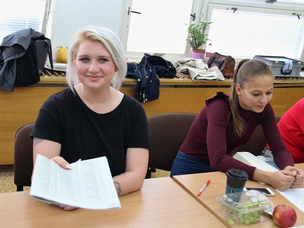 Předsedkyně volební komise v ústecké ZŠ Vojnovičova Nikola Kuchyňková