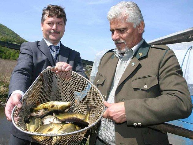 Ředitel Dalkie Josef Novák s rybářem Milanem Mistolerem
