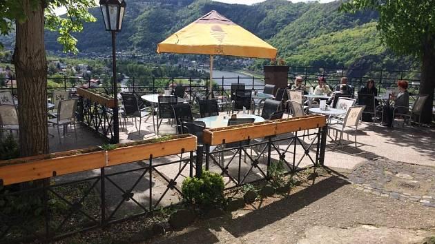 Asi nejkrásnější výhled je z hradní restaurace Wágnerka.