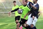 Tomáš Jelínek z Brné si kryje míč před obranou Vilémova