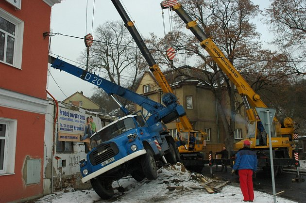 Při rekonstrukci budovy se na Bukově převrátil jeřáb.