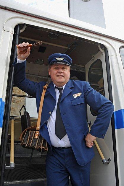 Václav Kopta jako průvodčí vhistorickém autobusu